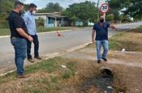 Vereador e técnicos vistoriam a problemática na rede de esgoto em Porto Murtinho